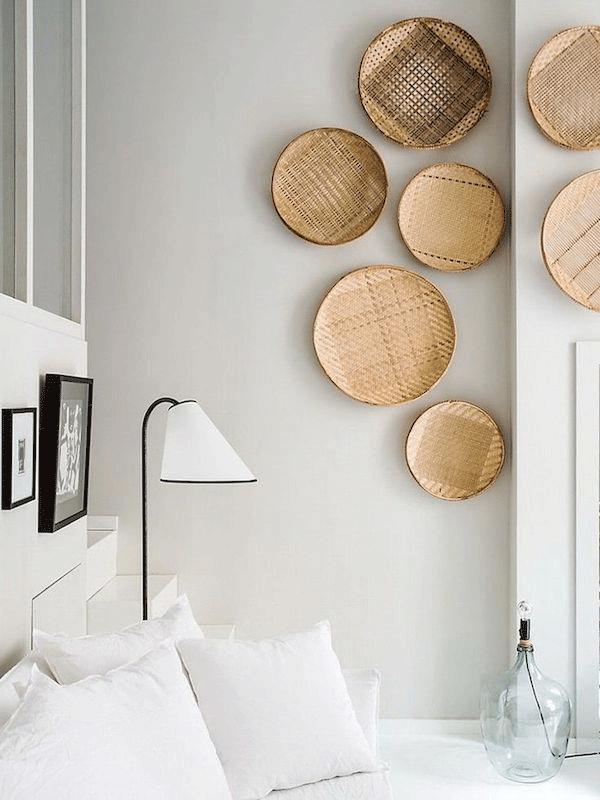 Inspiração decór: cestos na parede | Decoração neutra e iluminada, com cestos na parede do quarto. Projeto da Maison Hand.