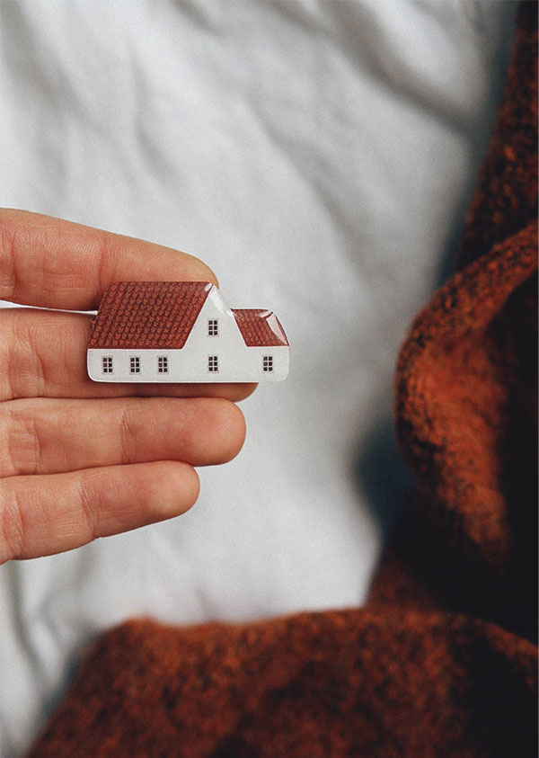 Broches de casinha da Nastia Sleptsova | little house brooch 'red roof house'